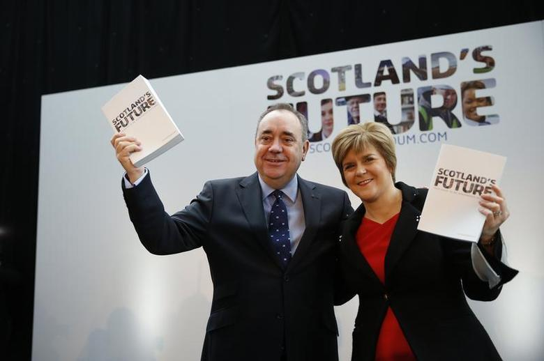Scotland's First Minister Alex Salmond (L) and deputy First Minister Nicola Sturgeon hold copies of the referendum white paper on independence during its launch in Glasgow, Scotland November 26, 2013. REUTERS/Russell Cheyne