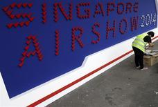 Derniers préparatifs à l'approche du salon aéronautique de Singapour, vendredi. Les industriels du secteur espèrent signer des milliards de dollars de contrats lors de cette manifestation qui s'ouvre mardi, malgré les tensions actuelles liées aux pays émergents, dont la prospérité est une condition clé du développement de leurs activités. /Photo prise le 9 février 2014/REUTERS/Edgar Su