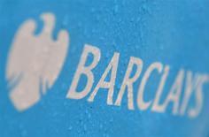 Foto de archivo. Logo de Barclays, jul 30, 2013. Barclays dijo que ha iniciado una investigación después de que un diario informase del robo y posterior venta de datos personales de 27.000 clientes, lo que eleva las perspectivas de nuevas multas para la entidad. REUTERS/Toby Melville