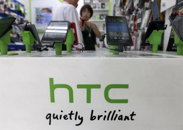 Customers look at HTC smartphones in a mobile phone shop in Taipei July 30, 2013. REUTERS/Pichi Chuang/Files