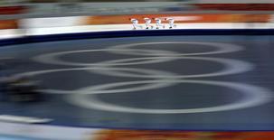 Члены сборной России по скоростному бегу на коньках на тренировке в Сочи 6 февраля 2014 года. В понедельник на зимних Олимпийских играх в Сочи будут разыграны пять комплектов медалей. REUTERS/Phil Noble