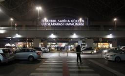Вид на вход в аэропорт имени Сабихи Гёкчен в Стамбуле 7 февраля 2014 года. Турция подняла истребитель F-16 навстречу рейсу Харьков-Стамбул, один из пассажиров которого в пятницу потребовал сменить курс и лететь в Сочи в момент, когда там открывалась Олимпиада в присутствии четырех десятков глав государств. Самолет благополучно приземлился в Стамбуле, где дебошир был задержан. REUTERS/Osman Orsal