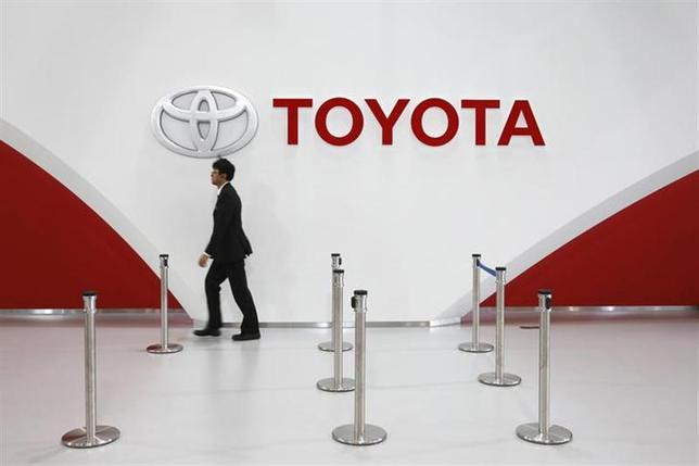 2月10日、トヨタ自動車は、オーストラリアでの車両・エンジン生産から2017年末までに撤退すると発表した。都内の同社ショールームで昨年11月撮影(2014年 ロイター/Toru Hanai)
