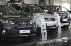 Автомобили Toyota в центре продаж компании в Санкт-Петербурге 18 сентября 2013 года. Продажи легковых и легких коммерческих автомобилей на российском рынке снизились в январе 2014 года на шесть процентов до 152.662 штук, сообщила в понедельник Ассоциация европейского бизнеса (АЕБ). REUTERS/Alexander Demianchuk