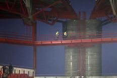 Bombeiros inspecionam o teto do estádio antes da partida entre Benfica e Sporting no estádio da Luz, em Lisboa, Portugal. REUTERS/Hugo Correia