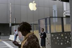 L'investisseur activiste Carl Icahn ne réclame plus à Apple que le groupe procède au rachat de 50 milliards de dollars d'actions. Un porte-parole d'Apple a dit la semaine dernière que la marque à la pomme avait racheté pour 14 milliards de dollars de ses propres titres depuis le 27 janvier. /Photo prise le 27 janvier 2014/REUTERS/Robert Galbraith
