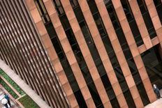 Um homem em pé em frente ao Banco Safra no centro financeiro de São Paulo. O Banco Safra, quinto maior de capital privado do país, informou nesta segunda-feira que teve lucro líquido de 1,359 bilhão de reais em 2013, montante 6,1 por cento superior ao de um ano antes. 23/10/2009 REUTERS/Alex Almeida