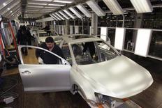 Operários trabalham na linha de montagem em uma fábrica da Volkswagen em Puebla, no México. A produção de carros no México cresceu e as exportações caíram em janeiro, informou a Associação Mexicana da Indústria Automotiva nesta segunda-feira. A produção subiu 2,7 por cento enquanto as exportações caíram 0,4 por cento no mês, segundo a associação. 12/08/2010. REUTERS/Imelda Medina