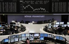 Unos operadores en sus puestos de trabajo en la bolsa alemana en Fráncfort, feb 10 2014. Las acciones europeas se mantuvieron estables el lunes en una sesión con un bajo volumen de negocios, tomándose un respiro tras un fuerte rebote en las dos jornadas previas mientras los inversores esperaban una mayor claridad sobre el ritmo al cual la Reserva Federal recortará su programa de estímulo. REUTERS/Remote/Stringer