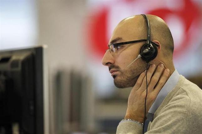 2月10日、欧州株式市場はほぼ横ばい。写真はロンドンのディーリングルームで2011年12月撮影(2014年 ロイター/Finbarr O'Reilly)
