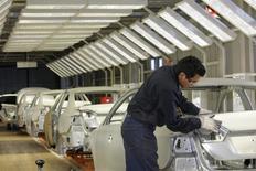 Un empleado trabaja en un automóvil en la planta de Volskwagen en Puebla, México, ago 12 2010. La producción de vehículos de México creció un 2.7 por ciento interanual en enero, mientras que las exportaciones descendieron un 0.4 por ciento, dijo el lunes la Asociación Mexicana de la Industria Automotriz (AMIA). REUTERS/Imelda Medina