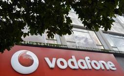 Selon son directeur général Vittoria Colao, Vodafone pourrait disposer de 30 à 40 milliards de dollars (29,3 milliards d'euros) pour se lancer dans des acquisitions dans les années à venir. Aucune transaction n'est trop grosse si elle est pertinente d'un point de vue stratégique, a-t-il ajouté. /Photo d'archives/REUTERS/Toby Melville