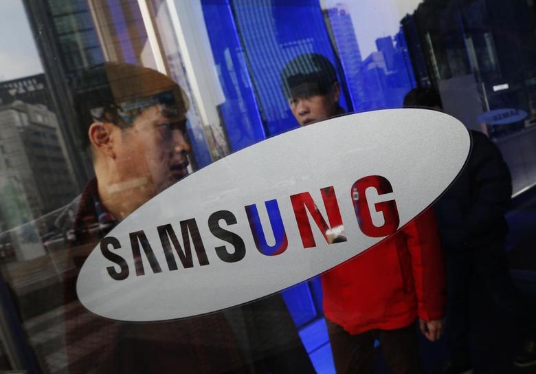 A man walks out of Samsung Electronics' headquarters in Seoul January 6, 2014. REUTERS/Kim Hong-Ji