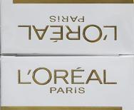 Упаковки косметики L'Oreal в Лантоне, Франция 30 августа 2013 года. L'Oreal купит 8 процентов собственных акций за 6,5 миллиарда евро ($9 миллиардов) у швейцарского производителя продуктов питания Nestle, что позволит увеличить прибыль на акцию французской косметической группы на более чем пять процентов. REUTERS/Regis Duvignau