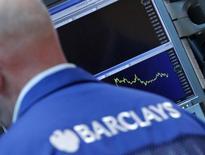 Barclays annonce avoir versé un total de 2,38 milliards de livres (2,86 milliards d'euros) de primes à ses employés l'an dernier, en augmentation de 13% dans sa banque d'investissement, malgré la forte baisse des résultats de cette activité. /Photo d'archives/REUTERS/Brendan McDermid