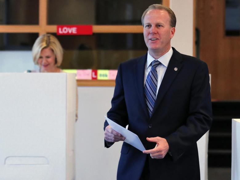 San Diego mayoral candidate Kevin Faulconer votes at a polling station with wife Katherine (L) during a special election for mayor in San Diego, California November 19, 2013. REUTERS/Mike Blake