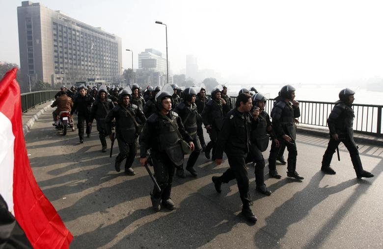 Riot police are seen on October bridge during clashes with anti-government protesters and members of the Muslim Brotherhood, near Tahrir Square in downtown Cairo, on the third anniversary of Egypt's uprising, January 25, 2014. REUTERS/Mohamed Abd El Ghany