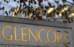 Логотип Glencore у штаб-квартиры компании в городе Бар 20 ноября 2012 года. Glencore Xstrata увеличила производство меди, своего ключевого минерала, и немного нарастила добычу угля, что помогло компенсировать падение выпуска цинка, свинца и никеля. REUTERS/Arnd Wiegmann