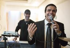 Cantor israelense Zion Golan durante apresentação em uma festa de casamento na cidade de Netivot, sul de Israel. Um cantor israelense se tornou um improvável astro no Iêmen, um país árabe onde suas músicas são ouvidas a todo volume em bares e táxis. 10/02/2014. REUTERS/Amir Cohen