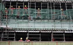 Operários fotografados durante intervalo em um canteiro de obras, em São Paulo. O número de imóveis residenciais novos vendidos na cidade de São Paulo cresceu 23,6 por cento em 2013, a 33.319 unidades, período em que os lançamentos avançaram 16,4 por cento sobre o ano anterior, divulgou o sindicato da habitação paulista, Secovi, nesta terça-feira. 11/12/2013. REUTERS/Nacho Doce