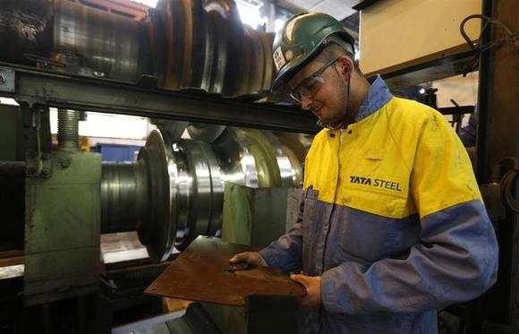 An employee controls tools at the Tata Steel rails factory in Hayange, Eastern France, September 25, 2013. REUTERS/Vincent Kessler/Files