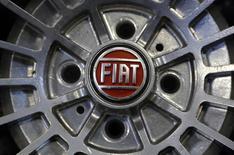 Логотип Fiat на колесе автомобиля в Турине 10 февраля 2013 года. Итальянский автопроизводитель Fiat в намеченные сроки не договорился о выпуске своих автомобилей в РФ, поэтому старт проекта снова откладывается, рассказали Рейтер источники, близкие к переговорам. REUTERS/Stefano Rellandini