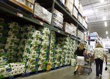 Pessoas compram produtos em uma loja por atacado em Nova York. Os estoques no atacado nos Estados Unidos subiram menos do que o esperado em dezembro, sugerindo uma moderação no ritmo de acúmulo no final do ano que pode levar a um corte nas estimativas de crescimento do quarto trimestre. 18/08/2008 REUTERS/Shannon Stapleton