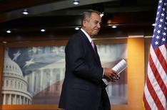 Le président républicain de la Chambre des représentants, John Boehner, au Capitole à Washington. Les chefs de file de la majorité républicaine à la Chambre ont accepté de faire adopter dès mercredi un relèvement sans condition du plafond de la dette de l'Etat fédéral aux Etats-Unis, conformément à une demande du président démocrate Barack Obama. /Photo prise le 6 février 2014/REUTERS/Larry Downing