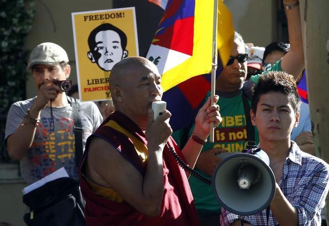 Tibetan monk Thubten Wangchen (C) takes part in a protest calling for the release of Gedhun Choekyi Nyima, the 11th Panchen Lama, in front of China's consulate in Barcelona, May 17, 2011. REUTERS/Gustau Nacarino