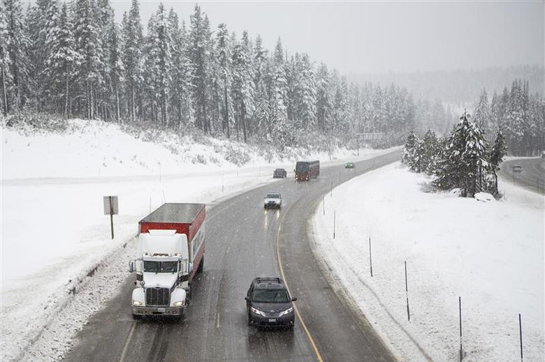 Traffic makes it way slowly up Interstate 80 near Donner Pass in Soda Springs, California, February 8, 2014. REUTERS/Max Whittaker