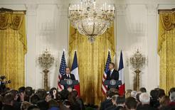 Lors d'une conférence de presse commune avec Barack Obama à Washington, François Hollande a déclaré que les Etats-Unis et l'Union européenne avaient tout intérêt à aller vite pour conclure un accord de libre-échange transatlantique, sous peine de voir les crispations et les peurs prendre le dessus. /Photo prise le 11 février 2014/REUTERS/Larry Downing