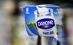 Danone a signé un accord ouvrant la voie à un relèvement de 4,0% à 9,9% de sa participation dans le groupe laitier chinois Mengniu pour un montant de 486 millions d'euros. Selon Danone, le groupe deviendra avec cet investissement le deuxième actionnaire de Mengniu, numéro un chinois des produits laitiers. /Photo d'archives/REUTERS/Régis Duvignau