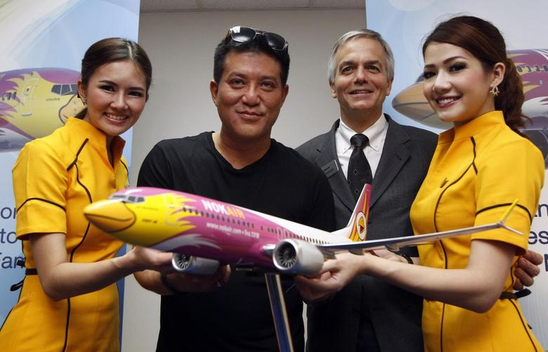 Thai budget airlines Nok Air's Chief Executive Officer Patee Sarasin (2nd L) poses with Boeing's Senior Vice President of Global Sales of Commercial Airplanes John Wojick after an announcement of new orders at the Singapore Airshow February 12, 2014. REUTERS/Edgar Su