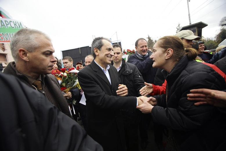 Bulgarian Prime Minister Plamen Oresharski (C) is greeted by a supporter during a rally in central Sofia November 16, 2013. REUTERS/Stringer