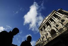 La Banque d'Angleterre (BoE) a laissé entendre mercredi qu'une première hausse des taux pourrait n'intervenir qu'en 2015 et a fortement revu en hausse ses prévisions de croissance pour les trois années à venir. /Photo prise le 16 janvier 2014/REUTERS/Luke MacGregor