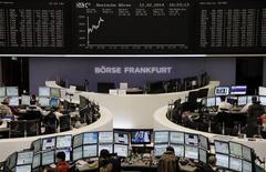Les Bourses européennes évoluaient toujours en hausse mercredi vers la mi-séance, portées par des résultats d'entreprises, notamment des banques, bien reçus et des nouvelles jugées positives en provenance de Chine et des Etats-Unis. À Paris, le CAC 40 prenait 0,41% vers 13h30 et à Francfort, le Dax avançait de 0,77%. /Photo prise le 12 février 2014/REUTERS/Remote/Stringer
