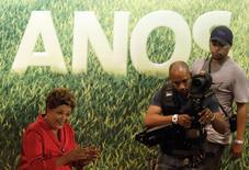 Presidente Dilma Rousseff durante cerimônia de comemoração do 34º aniversário do Partido dos Trabalhadores (PT), em São Paulo. Dilma reiterou nesta quarta-feira que a concessão do trecho da rodovia BR-163 entre Sinop, em Mato Grosso, e o porto de Miritituba, no Pará, uma rota promissora para o escoamento de grãos do Centro-Oeste, será feita ainda nesta ano. REUTERS/Nacho Doce
