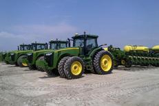 Посевные машины Deere & Co на ферме в Шеридане, Иллинойс 2 мая 2013 года. Квартальная прибыль крупнейшего в мире производителя сельскохозяйственной техники Deere & Co превысила ожидания благодаря тому, что попытки компании сократить расходы смогли компенсировать снижение спроса на технику среди фермеров. REUTERS/Tom Polansek
