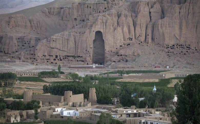The Large Buddha niche backdrops the town of Bamiyan, in central Afghanistan in this August 16, 2009 file photo. REUTERS/Adrees Latif/Files