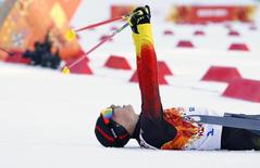 Немецкий спортсмен Эрик Френцель радуется победе в лыжном двоеборье на Играх в Сочи 12 февраля 2014 года. Немецкий спортсмен Эрик Френцель занял первое место в лыжном двоеборье на Олимпийских играх в Сочи. REUTERS/Michael Dalder