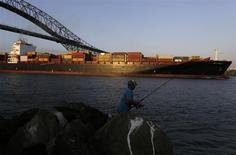 """Un barco carguero navega bajo el Puente de las Américas en el costado pacífico del Canal de Panamá en Ciudad de Panamá, ene 16 2014. La Autoridad del Canal de Panamá (ACP) anunció el miércoles un """"principio de acuerdo"""" con el consorcio liderado por la española Sacyr, a fin de reanudar las obras de construcción de la ampliación de la vía interoceánica. REUTERS/Carlos Jasso"""