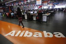 Un empleado pasa junto al logo de Alibaba en su casa matriz en Hangzhou, China, mayo 17 2010. Una inusual venta de una participación en Alibaba Group Holding valora a la compañía de comercio electrónico dominante en China en cerca de 128.000 millones de dólares, según cálculos de Reuters. REUTERS/Stringer