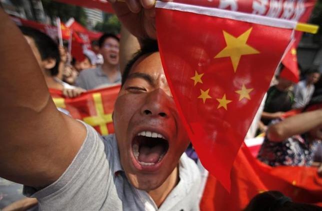 2月11日、外交面で日中関係は冷え込み、両国ともお互いを挑発的するような動きには事欠かない。ただ、応酬はエスカレートしても、にらみ合いが軍事衝突に発展する可能性は依然として極めて低い。写真は2012年9月、上海で行われた反日デモで撮影(2014年 ロイター/Carlos Barria)
