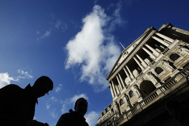 People pass the Bank of England in the City of London January 16, 2014. REUTERS/Luke MacGregor