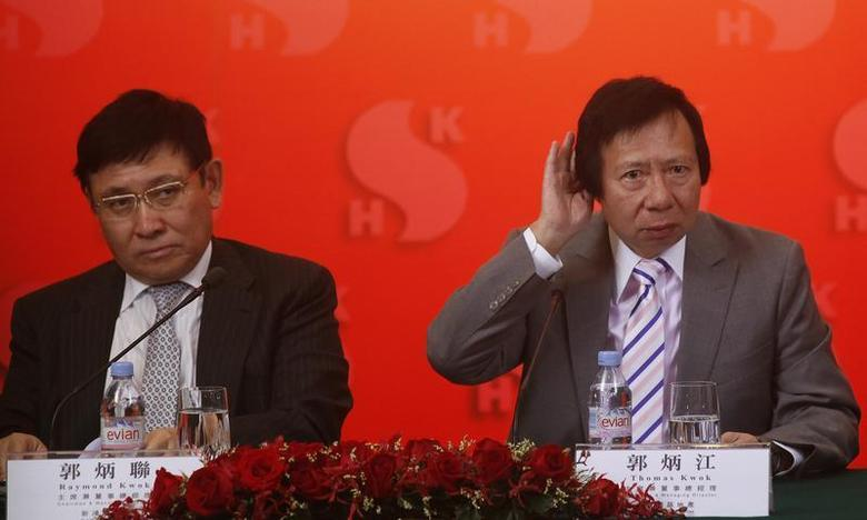 Chairmen of Hong Kong developer Sun Hung Kai Properties Raymond Kwok (L) and Thomas Kwok listen to questions during a news conference in Hong Kong September 13, 2012. REUTERS/Bobby Yip