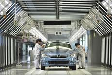 Usine PSA Dongfeng à Wuhan. Selon des sources proches du dossier, PSA Peugeot Citroën est parvenu à un accord avec le groupe chinois Dongfeng Motor et l'Etat français sur les grandes lignes d'une augmentation de capital pouvant aller jusqu'à quatre milliards d'euros et sur un renforcement de la coopération industrielle entre le constructeur automobile français et son partenaire chinois. /Photo prise le 2 juillet 2013/REUTERS/China Daily