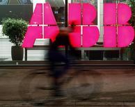 ABB a abaissé ses prévisions de croissance du chiffre d'affaires sur le moyen terme, le groupe suisse, numéro un mondial des moteurs industriels et des réseaux électriques, évoquant une reprise économique plus lente que prévu et un niveau d'investissements de ses clients inférieur à ses attentes. /Photo prise le 24 octobre 2013/REUTERS/Arnd Wiegmann