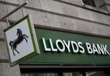 Lloyds, qui a dégagé en 2013 un premier bénéfice annuel depuis que l'Etat a volé à son secours en 2008, a augmenté de 8% le total des bonus versés à ses salariés. /Photo prise le 3 février 2014/REUTERS/Neil Hall