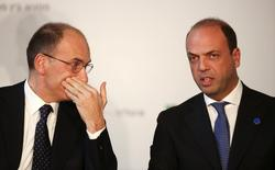 Il premier Enrico Letta (a sinistra) con il vicepremier Angelino Alfano. REUTERS/Alessandro Bianchi