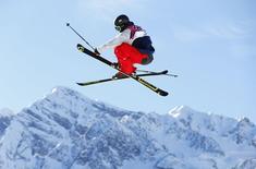 Американец Джосс Кристенсен выполняет прыжок на соревнованиях в дициплине слоупстайл на Играх в Сочи 13 февраля 2014 года. Американские фристайлисты выиграли все медали в дисциплине слоупстайл на Олимпийских играх в Сочи. REUTERS/Lucas Jackson